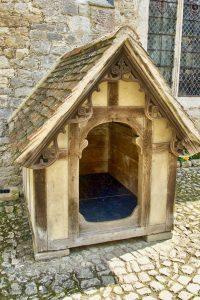 Casa elegante de madera para perros